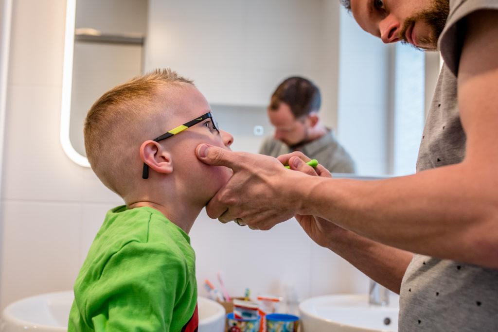 Day in the life reportage door fotograaf uit Assen Drenthe tijdens tanden poetsen