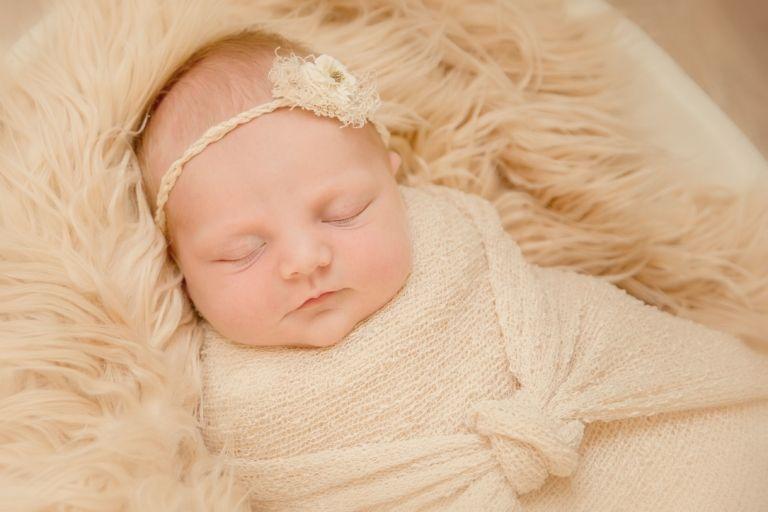 Newborn assen drenthe baby in handen newbornfotogaaf