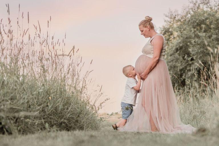 Zwangerschapsshoot in Assen drenthe groningen friesland tijdens zonsondergang in mooie zwangerschapsjurk